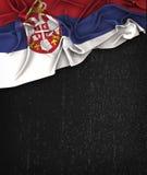 Год сбора винограда флага Сербии на доске черноты Grunge Стоковое Изображение RF