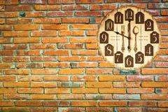 Год сбора винограда часов на кирпичной стене Стоковые Фото
