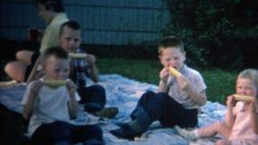 (год сбора винограда 8mm) семья 1962 Shucking мозоль пикника на ударе видеоматериал