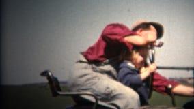 (год сбора винограда 8mm) труба 1952 человек куря управляя трактором с ребенком на подоле Айова, США акции видеоматериалы