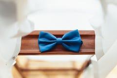 Голубая бабочка на деревянной планке Аксессуар для официально платья Символ элегантности и моды для людей Стоковое Изображение RF