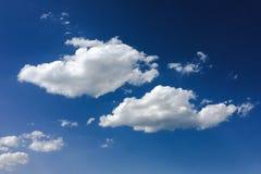 голубая белизна неба облака синь предпосылки красивейшая заволакивает небо Небо с синью облака природы погоды облаков Голубое неб Стоковое Фото