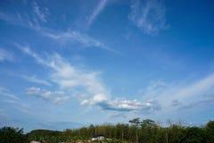 голубая белизна неба облака стоковые фотографии rf