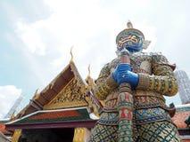 Голубая большая гигантская статуя с цветом золота павильона на виске Таиланда Стоковое Фото