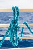 Голубая веревочка на белых перилах корабля Стоковое Фото