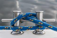 Голубая веревочка прикрепляет на коле яхты стоковое изображение rf