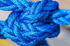 Голубая веревочка плавания связанная с узлами Стоковые Изображения
