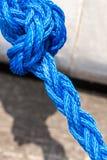 Голубая веревочка плавания связанная с узлами Стоковая Фотография