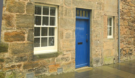 Голубая дверь, белое Windows, Сент-Эндрюс, Шотландия, Великобритания Стоковое фото RF