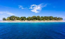 Голубая вода океана и идилличный тропический остров Sipadan, Малайзии Стоковые Фото