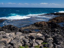 Голубая вода океана побережья Фуэртевентуры, Канарских островов стоковая фотография