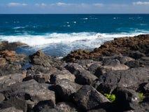 Голубая вода океана побережья Фуэртевентуры, Канарских островов стоковое фото