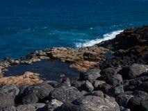 Голубая вода океана побережья Фуэртевентуры, Канарских островов стоковые фотографии rf