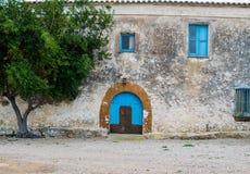 Голубая деревянная дверь в старом сельском доме Стоковая Фотография RF