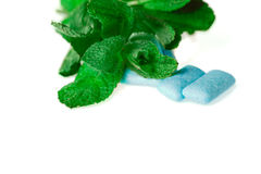 Голубая жевательная резина на бело- еде и питье Стоковое Изображение RF