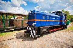 Голубая железная дорога узкой колеи, поезд пара в Przyslup, Польше. Стоковое Изображение