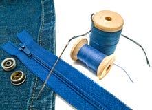 Голубая джинсовая ткань с молнией и кнопками Стоковая Фотография RF