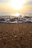 голубая золотистая линия идущий прибой песка к яркий волнам Стоковое Изображение RF