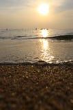 голубая золотистая линия идущий прибой песка к яркий волнам Стоковые Изображения