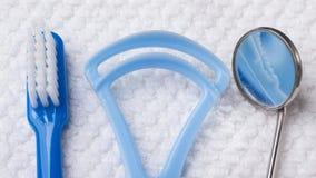 Голубая зубная щетка с зубоврачебными инструментами Стоковые Изображения