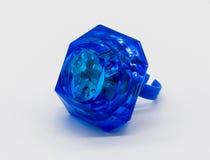 Голубая игрушка кольца с бриллиантом СИД пластичная изолированная на белизне Стоковое Фото