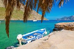 Голубая и белая деревянная шлюпка в уютном греческом порте Стоковые Изображения