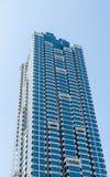 Голубая и белая стеклянная башня кондо Стоковое Изображение