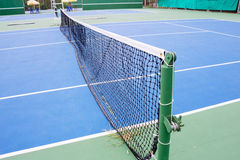 Голубая и зеленая поверхность теннисного корта, теннисный мяч на поле Стоковая Фотография RF