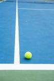Голубая и зеленая поверхность теннисного корта, теннисный мяч на поле Стоковые Изображения RF