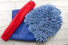 Голубая и красная пыль обтирая одежду Стоковые Фотографии RF