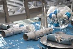 Голубая и серебряная таблица рождественского ужина Стоковое фото RF