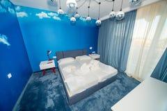 Голубая квартира спальни в гостинице 5 звезд в Kranevo, Болгарии Стоковые Изображения