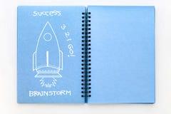 Голубая книга эскиза цвета с концепцией идей doodle ракеты Стоковое Фото