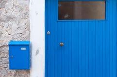 Голубая коробка письма двери Стоковые Фотографии RF
