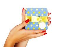 Голубая коробка подарка в руках женщины Стоковое фото RF