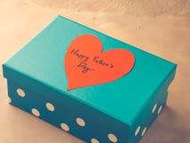 Голубая коробка присутствующая на день ` s отца с красным сердцем тонизировано Стоковые Изображения RF
