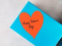 Голубая коробка присутствующая на день ` s отца с красным сердцем Стоковая Фотография RF