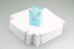 Голубая коробка ручки помещенная на куче обработки документов Стоковое Изображение RF