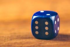 Голубая кость на деревянном столе Стоковое Фото