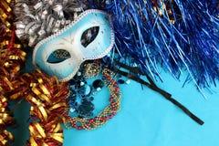 Голубая маска масленицы на голубой предпосылке с праздничными украшениями Стоковая Фотография RF