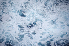 Голубая морская вода с пеной стоковые фотографии rf