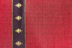 Голубая нашивка на красном конструированном тайском шелке Стоковые Фото