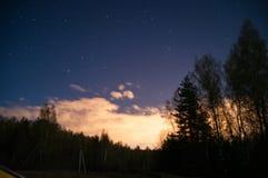 Голубая ноча с луной под облаками стоковая фотография rf