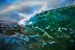 Голубая океанская волна с радугой символ Гаваи Стоковая Фотография RF