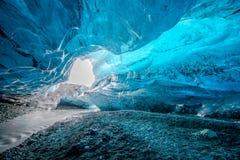 Голубая пещера льда в Исландии стоковые изображения