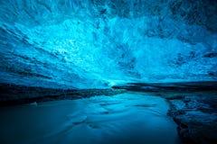 Голубая пещера льда в Исландии стоковые фото
