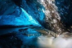 Голубая пещера льда в Исландии стоковые фотографии rf