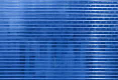 Голубая поверхность поликарбоната с объектами позади Стоковая Фотография RF