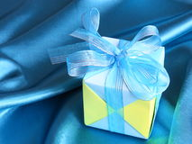 Голубая подарочная коробка - карточка дня отцов - фото запаса Стоковое Фото