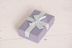 Голубая подарочная коробка на деревянном столе Стоковые Фото